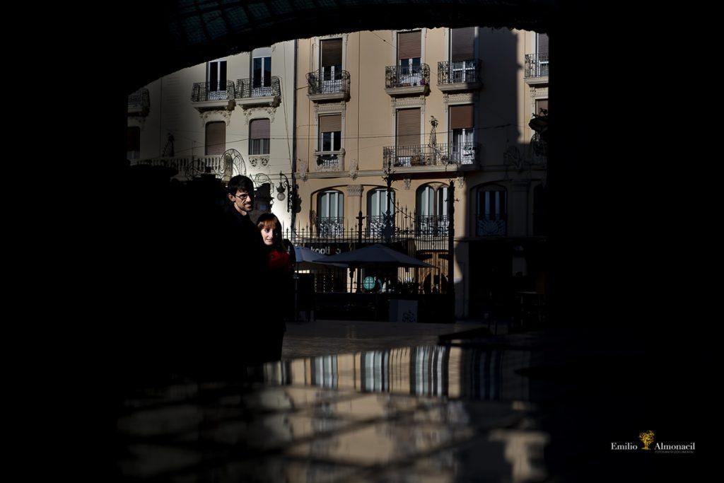 FOTOGRAFÍA PREBODA EN EL MERCADO DE COLON, JUGANDO CON LOS RAYITOS DE SOL