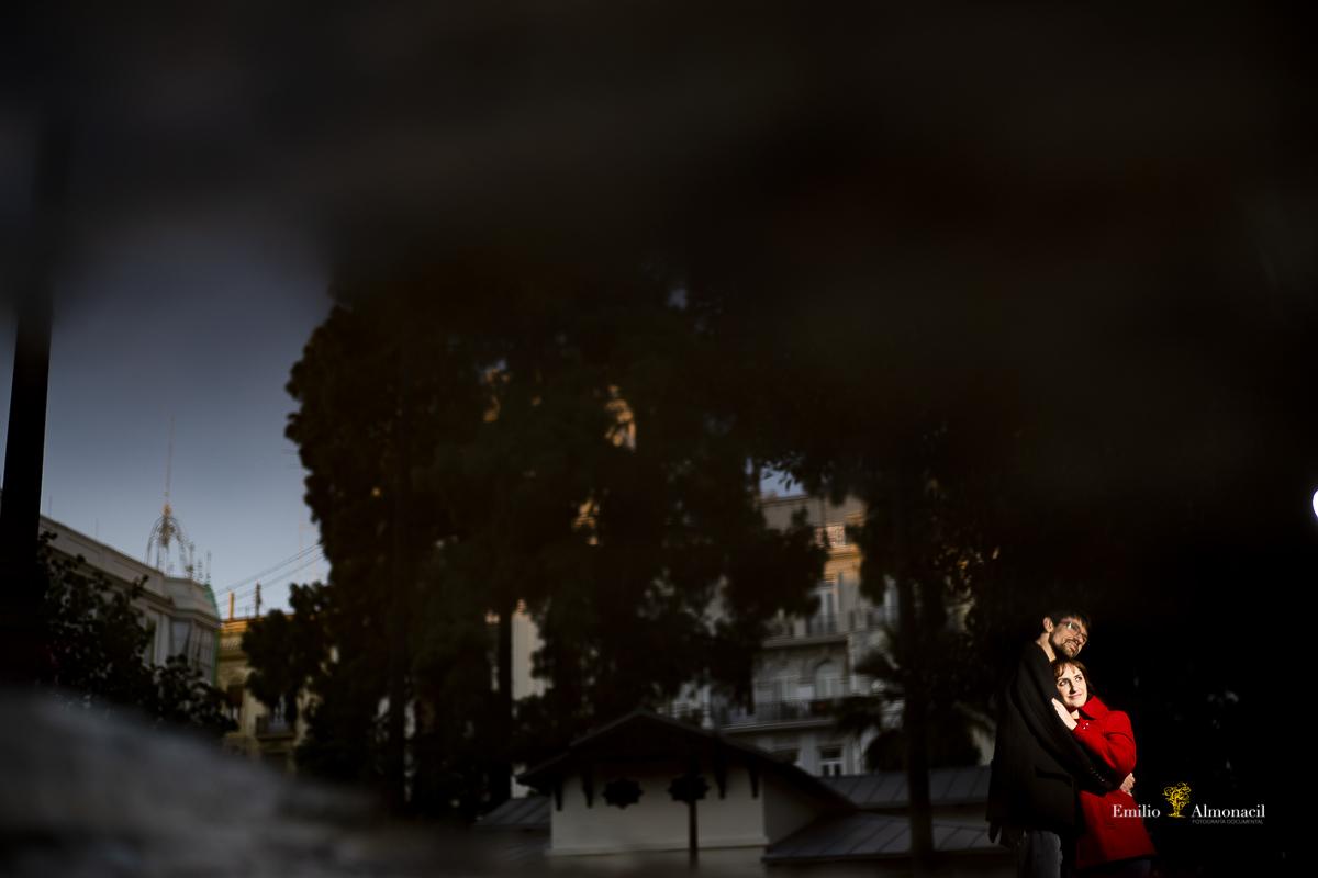 LOS NOVIOS REFLEJADOS DURANTE PREBODA EN EL CENTRO DE VALENCIA